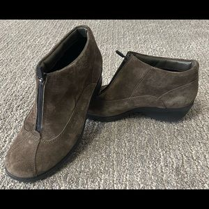 Suede ankle boot with front zip in brown. SZ 7